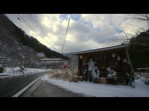 شاهد شارع مهجور في اليابان يزدحم بالدمى الضخمة لمؤانسة ساكنته الوحيدة