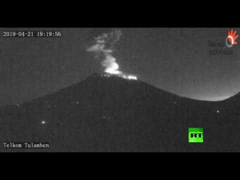 شاهد لحظة مروّعة لبركان ثائر بجبل اغونغ في إندونيسيا