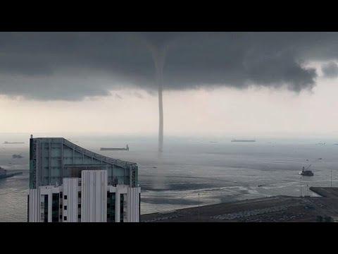 شاهد منظر مهيب لدوامة مياه وصلت للسماء على سواحل سنغافورة