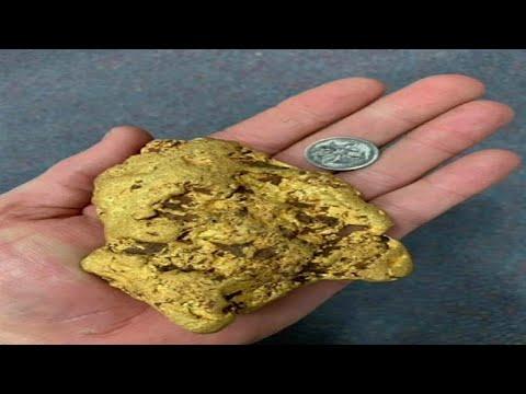شاهد مستكشف يعثر على قطعة من الذهب تزن 14 كلغ في حقول أستراليا