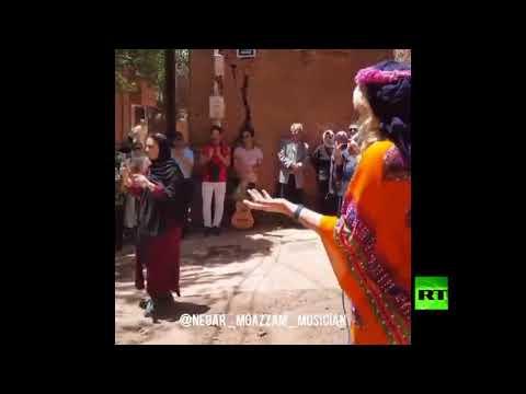 شاهد فتاة إيرانية تغني أمام الجمهور دون حجاب
