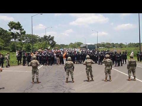 شاهد الشرطة المكسيكية تمنع عشرات المهاجرين من الوصول إلى الحدود مع أميركا