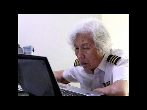 شاهد عجوز 82 عامًا تحلّق في الأجواء مستخدمة طائرة تكنام بي 2010