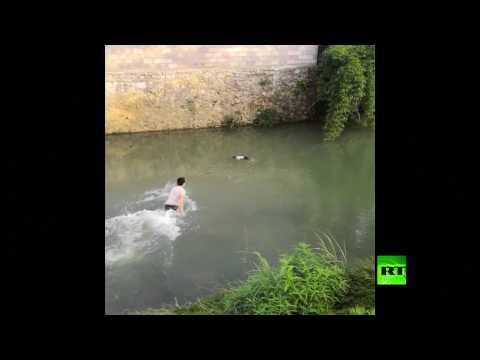 شاهد إنقاذ طفلة من موت محقق في نهر جنوب غربي الصين