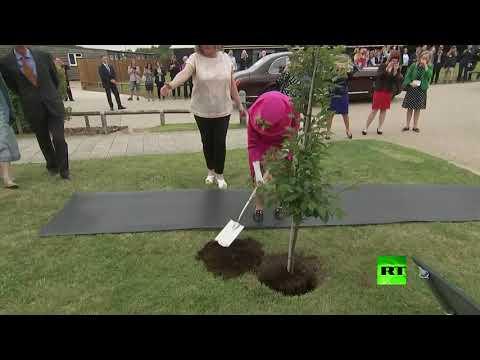الملكة إليزبيث الثانية ترفض المساعدة وتغرس شجرة