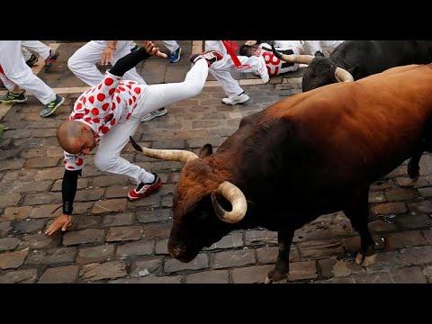 سقوط خمسة جرحى في اليوم السابع من مهرجان الركض مع الثيران في إسبانيا
