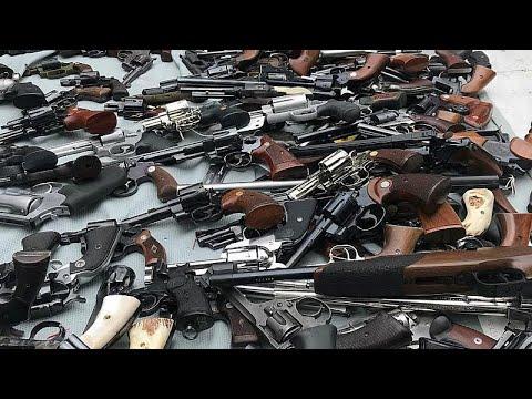 نيوزيلنديون يسلمون أسلحتهم للشرطة في أول عملية لإعادة شراء الأسلحة بعد مذبحة المسجدين