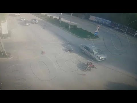 شاهد سيارة مسرعة تُطيح بدراجة نارية بإشارة مرورة في تركيا