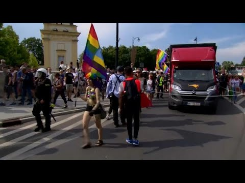 شاهد مواجهات بين الشرطة البولندية وأفراد هاجموا مسيرة للمثليين