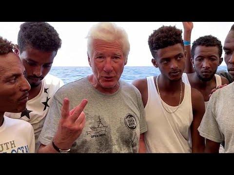 شاهد نجم هوليوود يزور سفينة لمهاجرين عالقين في البحر المتوسط