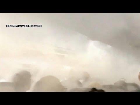 شاهد موجة من الضباب تملأ مقصورة طائرة في الولايات المتحدة الأميركية