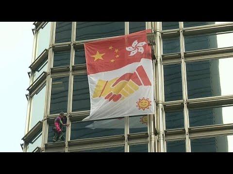 شاهد الرجل العنكبوت يرفع علم السلام من ناطحة سحاب في هونغ كونغ