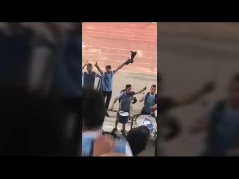 شاهد جمهور الفيصلي الأردني يؤدي أغنية الرجاء المغربي في بلادي ظلموني