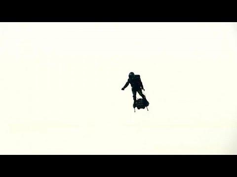 شاهد الرجل الطائر يفشل في الوصول إلى دوفر البريطانية ويسقط في الماء