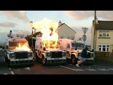 شاهد شباب يلقون عشرات القنابل الحارقة على الشرطة في إيرلندا الشمالية