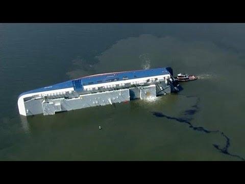 شاهد إنقاذ طاقمي سفينة حوصروا أسفل سفينة شحن غارقة