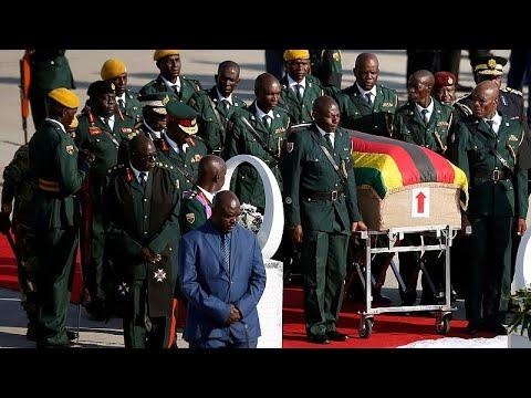شاهد لحظة وصول جثمان رئيس زيمبابوي السابق إلى العاصمة هراري