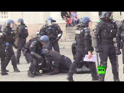 شاهد الشرطة الفرنسية توقف العشرات في مواجهات مع حركة السترات الصفراء