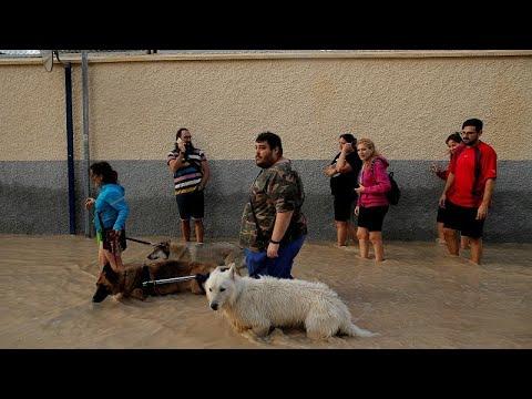 إنقاذ رضيع وحدوث أضرار مادية جراء الفيضانات جنوب شرق إسبانيا