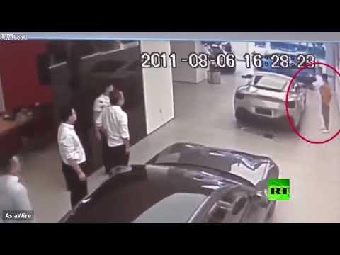 رجل أعمال يُحطم سيارة فيراري للفت انتباه صاحب المعرض