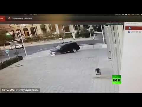 شاهد لحظة سقوط سيارة دفع رباعي في حفرة مغطاة بحجارة رصف
