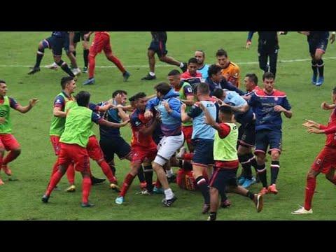 مباراة كرة قدم تتحول لحلبة مصارعة والحكم يشهر 8 بطاقات حمراء