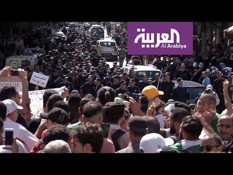 شاهد الأمن الجزائري يستخدم العنف لتفريق مسيرة للطلاب