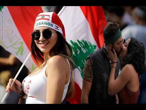 شاهد بنات بيروت تٌعطي قبلة الحياة للمتظاهرين في لبنان