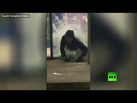 شاهد لصان يسرقان خمورًا بأكثر من 1000 دولار