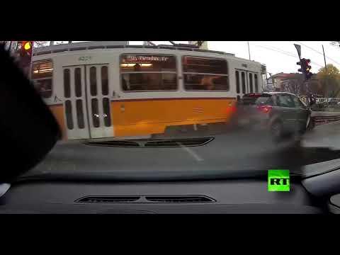 شاهد حافلة ترام تصطدم بسيارة وتهرسها