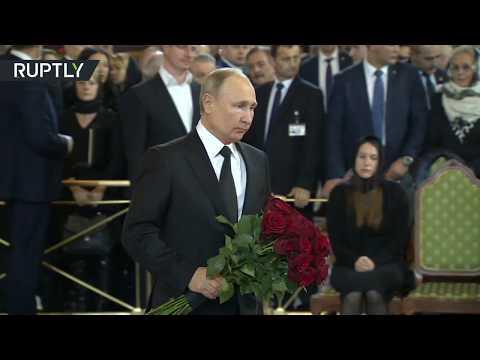 شاهد الرئيس الروسي يحضر مراسم تشييع جثمان عمدة موسكو السابق