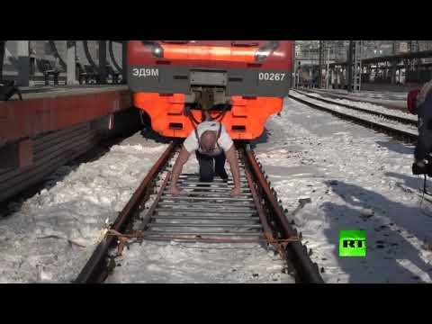 شاهد صاحب الأرقام القياسية في رسيا يجر قطارا يزن 200 طن