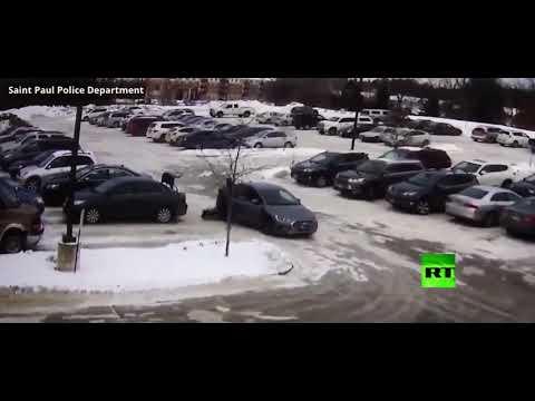 شاهد لص يسحل امرأة بالسيارة لأكثر من 60 مترا
