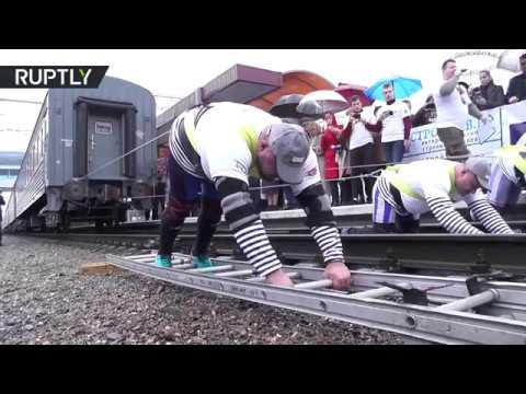 شاهد ثلاثة روس يجرون قطارًا يزن 1000 طن