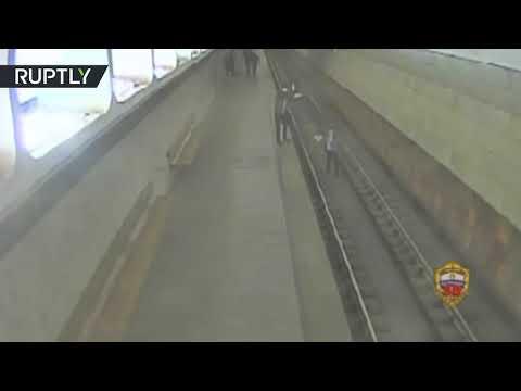 شاهد رجل يوقف قطارًا في مترو أنفاق موسكو لالتقاط صور