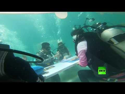 شاهد عشاق يعقدون قرانهم تحت الماء في عيد الحب