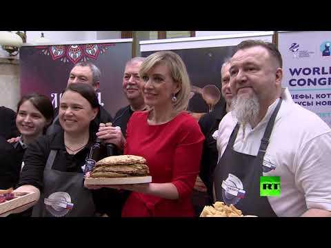 شاهد زاخاروفا تطعم الصحافيين بيدها شطائر وحلويات مختلفة