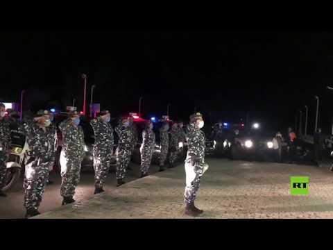 شاهد قوات الأمن اللبنانية تُقدم التحية لأطباء مستشفى رفيق الحريري