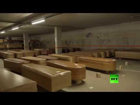 شاهد تحويل موقف سيارات إلى مخبأ للمقابر في إسبانيا