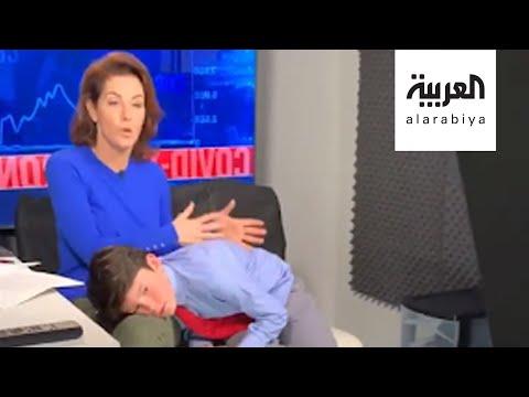 شاهد مذيعة تقدم برنامجها وتعتني بطفلها في بث مباشر