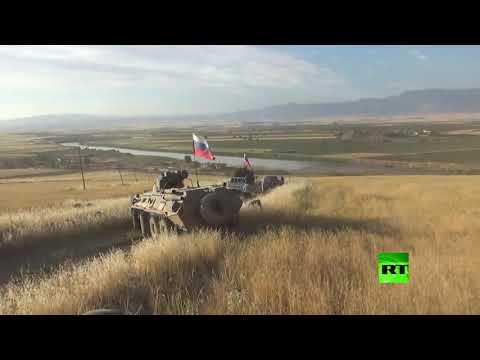 شاهد قوات روسية مدعومة بغطاء جوي تسلك الطريق الحدودي السوري التركي