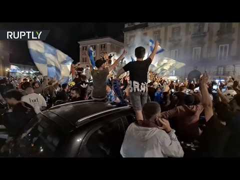 شاهد مشجعو نابولي الإيطالي يخرجون إلى الشوارع للاحتفال بالفوز على يوفنتوس