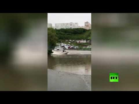 شاهد روسي يركب الدراجة المائية في شوارع مغمورة بالمياه بـفلاديفوستوك