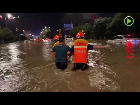 شاهد فرق الإطفاء تنقذ سائقين عالقين بسبب السيول في الصين