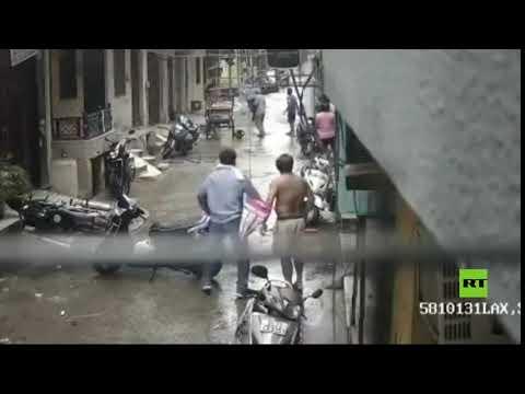 شاهد غرق مركبة مدرعة أثناء عبورها مضيق كيرتش بسبب الطقس السيئ