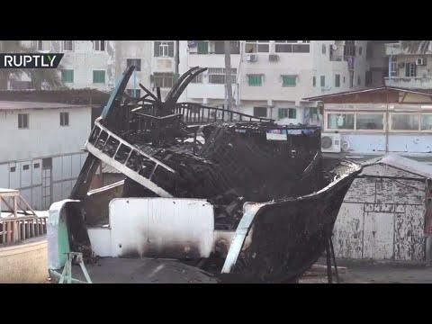 شاهد اندلاع حريق ضخم بورش لإصلاح المراكب في الإسكندرية المصرية