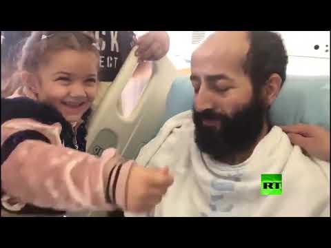 شاهد الطفلة الفلسطينية تقى تطعم والدها الأسير ماهر الأخرس