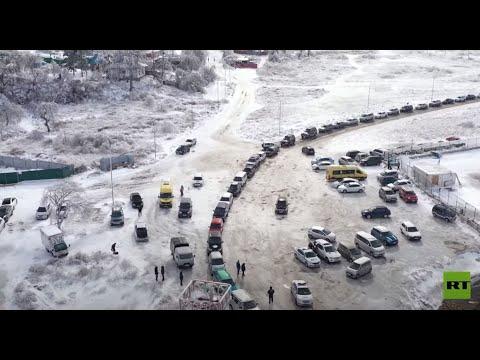 شاهد طوابير طويلة من السيارات أمام عبارة للنقل من جزيرة إلى البر الرئيسي في روسيا