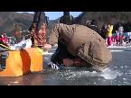 المغرب اليوم  - شاهد الصيد وسط الجليد يجذب آلاف السياح فى كوريا الجنوبية