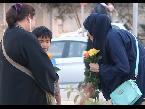 المغرب اليوم  - فتاة توزع الورود على الأمهات في السعودية